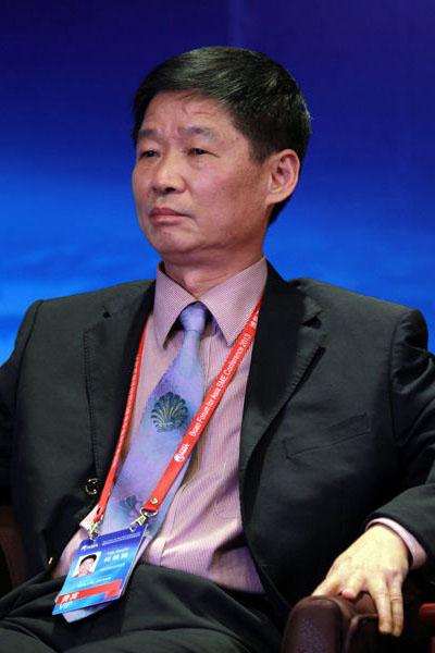 何锦驰(福建省古典工艺家具协会名誉会长、原仙游县政协主席、全联艺术红木家具专委会专家顾问)