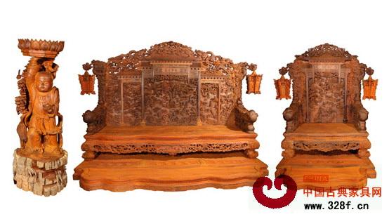 浙江东阳的木雕工艺在红木家具行业中可算是有口皆碑,东阳木工的手艺也是得到了业内人士的普遍认可,许多红木企业的大师傅们几乎都是东阳籍贯的。  3月,广东省中山市地天泰家具推出的盛世年华大型沙发套件成为了行业的焦点,这套几乎全部由东阳木雕工人完成的全手工大沙发,充分展现了东阳木雕的精美和气势。本期,小编就带大家走进盛世年华的雕刻团队,通过雕刻师傅们的介绍,来深入领略一下东阳木雕的风采。   盛世年华大型沙发套件小档案: 盛世年华,取材微凹黄檀,全套共30件,总重三吨多,历时四年完成,光设计部分就