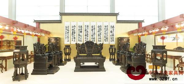 该展馆展出的传统红木家具全部选自伍炳亮从业三十多年来制造的精品