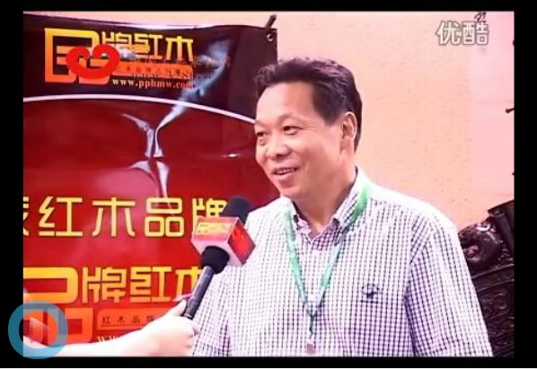 红宝轩总经理曹兆庭在第28届东莞名家具展上接受中国古典家具网记者采访