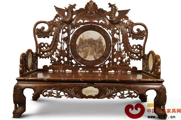 民国时期 红木雕花罗汉床 长期以来,学术界认为明式硬木家具是中国家具的顶峰,对清式家具的评价并不太高,对民国家具的评价就更低了。这种原本用于美术史的观念,对人们的影响是很大的。事实上,这种评价是在一定的历史条件做出的,有所偏颇也在所难免。在这里,我们姑且认为这种学术评价是正确的,也承认学术评价与收藏品的价格有一定的关系,但我们认为把这种观念直接用于艺术品收藏,则肯定是错误的。因为艺术收藏品的形成有自己的规律。   什么是艺术收藏品的形成规律?艺术品不等于收藏品。任何在现今看来最有价值的艺术藏品,在其产生、