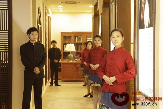 2013年3月,龚燕艳在东莞名家具展上带领团队华丽亮相