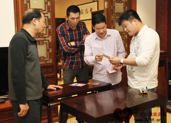 区胜春喜欢与红木家具爱好者探讨家具中的工艺与文化