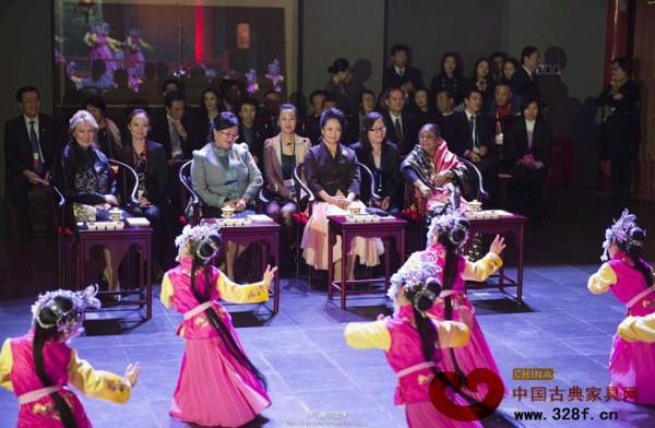 彭丽媛与三位夫人坐在圈椅上观看孩子们表演的京剧选段
