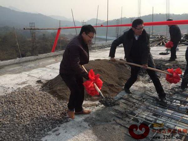 富万家董事长王国强将最后一方混凝土浇灌在建筑上,预示蓬勃的发展(左)