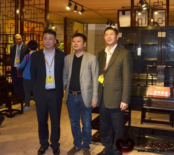东阳市市委副书记、市长朱建军(左一),东阳市副市长陈军(右一)与東清阁董事长吴新军合影