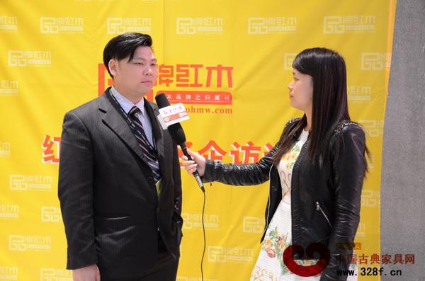 国寿红木副总经理王耀佳在接受《品牌红木》杂志记者的采访