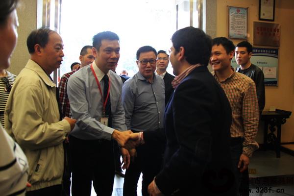 永华红木家具副总经理邱志坤(左二)代表公司热情接待考察团