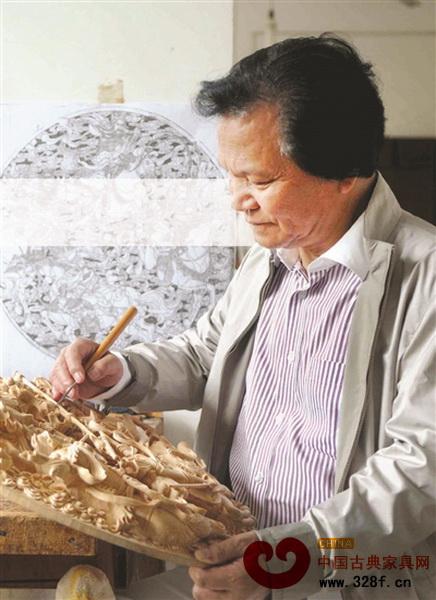 陆光正在雕刻木雕作品《三英战吕布》
