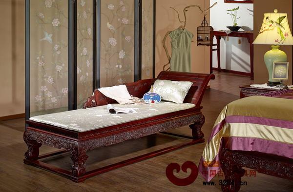 于卧室一隅置上一张美人榻,闲暇时品茗赏景,颇有情调。(深圳友联·为家供图)
