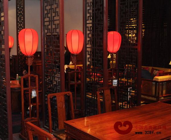 红色灯笼加红木灯架组成的中式落地灯,如亭亭玉立的少女(东莞国寿红木供图)