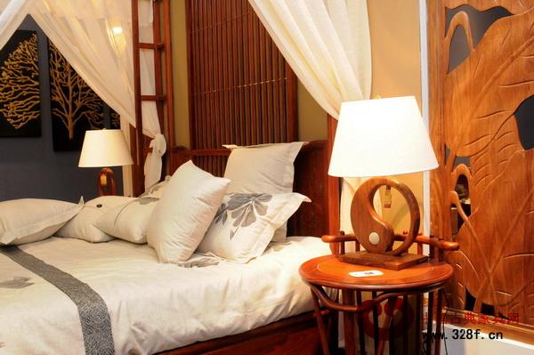 立于床头的中式台灯,散发出柔和而温馨的光线(中山莱韵达供图)