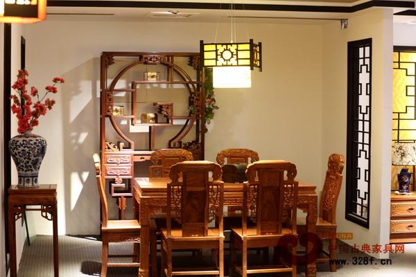 木质灯框的中式吊灯用以装饰居室餐厅,光线柔和
