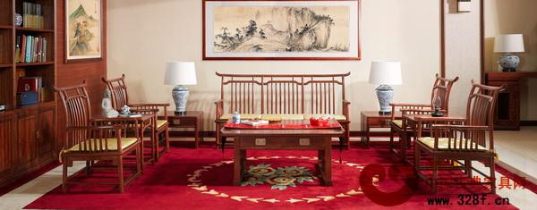 客厅中利用桌椅围合空间(东莞国寿红木供图)