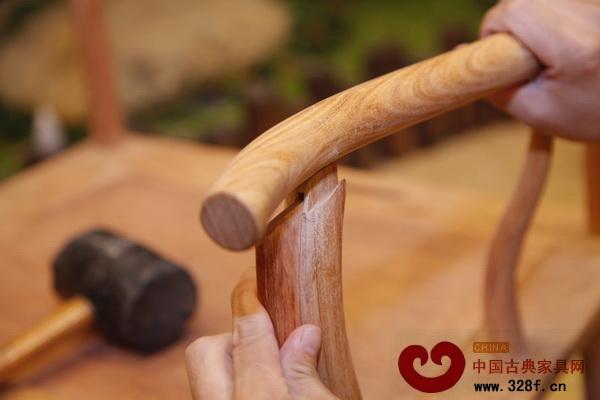 红木家具需要精准的榫卯结构 这一点在爱马仕品牌中就得到了很好体现。在爱马仕的《匠心》纪录片中,镜头除了记录下了爱马仕的产品制作流程,也记录下了它的工匠们。在镜头下,工匠们将他们的故事娓娓道来:他们来自哪里,是从什么时候来到这里,现在一直在这里,将来也还会在这里。在他们身上,感受不到一丝的不得已或将就,他们在用自己的故事投映着爱马仕这个品牌。这就是他们的专注与忠诚,心无旁骛,专注于一道、一艺,从一而终。 这种专注与忠诚,使得他们不同于流水线上的工人,可有可无,而是不可或缺的,可以为这个品牌注入情感与灵魂的