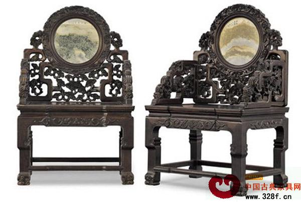 清早期红木嵌大理石灵芝纹太师椅成对 在家具上嵌有花纹的大理石作为面板,是明清家具常用的装饰方法。由于大理石有美丽而又变化无穷的纹理,在似与不似的意象中情趣横生。硬木家具上所选用的大理石一般均为上品。 大理石以白如玉、黑如墨者为贵;微白带青,微黑带灰者为下品,白质纹章中似山水者,叫春山;白质绿章者,叫夏山;白质黄纹者叫秋山;其中以石纹美妙而变化的春山、夏山为最好,秋山次之。还有用如朝霞一般红润的紅色玛瑙石,碎花藕粉色的云石,花纹如玛瑙的土玛瑙石,显现山水、日月、人物形象的水石等。