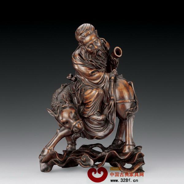 中国传统四大木雕是中国的艺术瑰宝,它们不仅传承着中国传统文化,也各自融合了当地的地域文化,所以四大木雕也是各含风雅和韵味。东阳木雕和黄杨木雕都产自文化和艺术氛围浓厚的浙江,金漆木雕则是岭南文化的艺术结晶,而龙眼木雕则是福建木雕中最具代表性的工艺品。  清中期的龙眼木雕作品《张果老骑驴》 福建当地盛产龙眼,龙眼木成为工匠们最喜使用的雕刻材料,龙眼木雕由此而得名。龙眼木材质坚实、木纹细密,色泽柔和,是上等的木雕材料。老的龙眼树干,特别是根部,虬根疤节、姿态万千,龙眼木雕善于利用木头或木根天然形成的形态,在这个