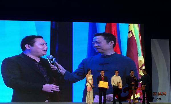 名扬红木董事长杨威(右二)接受中央电视台主持人赵保乐采访