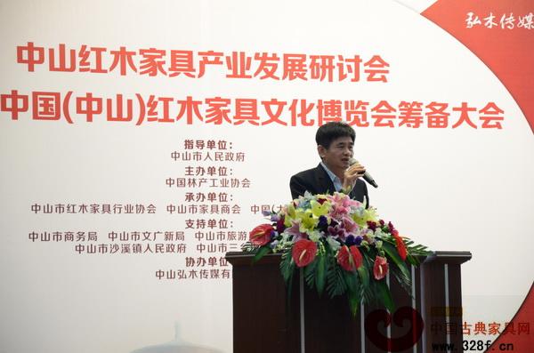 大涌镇党委委员谢巧明在筹备大会上分享了全国重点红木家具产区考察行的经验