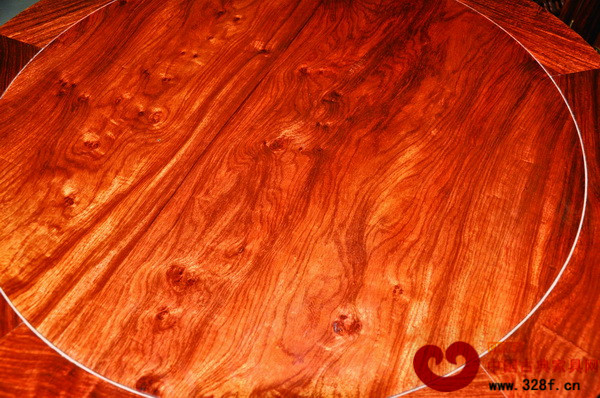 由刺猬紫檀制成的红木家具木纹精美,且与越南黄花梨的木纹尤为相近,价格却更加亲民 随着修订的正式实施,尼日利亚、塞内加尔等刺猬紫檀出口国也将进一步控制和规范这一树种的出口,刺猬紫檀的进口难度将进一步增加,这意味着2016年刺猬紫檀新到货量或许会有所甚至大幅下降。 而目前,刺猬紫檀是包括广东中山、新会,浙江东阳等红木家具生产基地众多企业的主营材质,其作为名副其实的红木,属于《红木》国标5属8类中的紫檀属花梨木类,其木纹与越南黄花梨相似,且木性极为稳定,价格适中,广受消费市场欢迎,国内需求量大,公约的限制,或