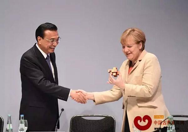李克强访问德国把具有中国红木文化精髓的鲁班锁赠送给默克尔总理