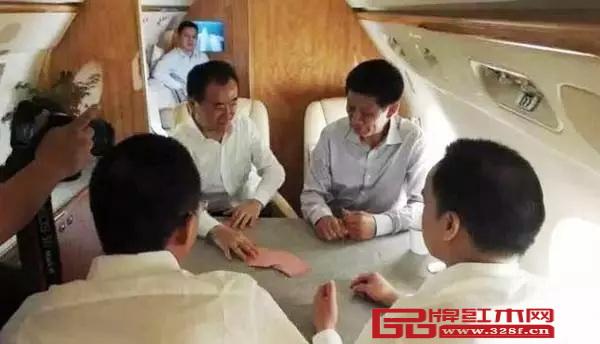 王健林和友人直播斗地主的私人飞机
