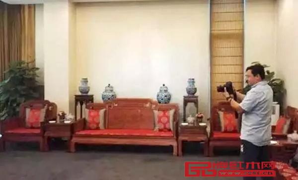 王健林和鲁豫等待登机的候机室里也有红木家具