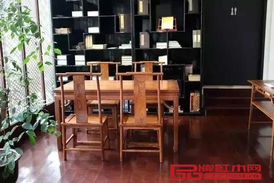 江南会会所内摆着一套价值500多万的紫檀家具