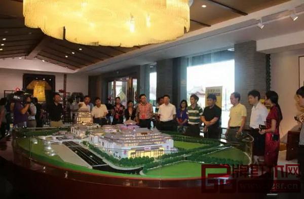 中山市的省人大代表调研组一行观看红博城沙盘