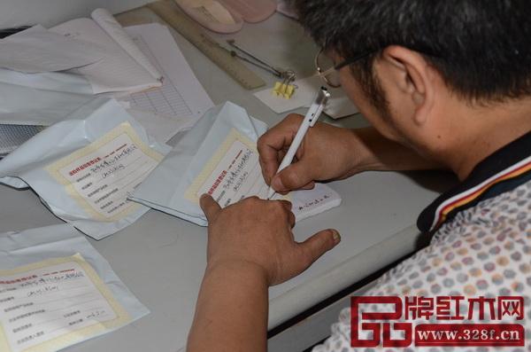 龙博士负责人确定送检样品无误后,在封条上签名确定