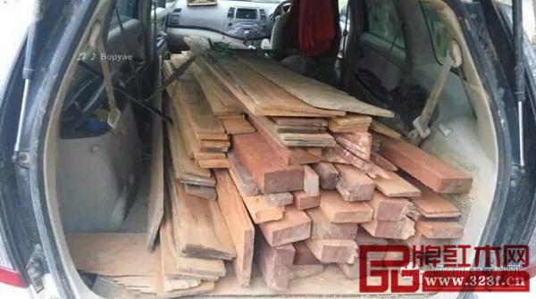 殡仪车上搜出大量非法木材