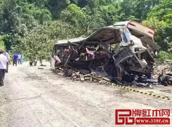 一辆从老挝开往越南的客车在老越边境老挝一侧发生爆炸,车上载满准备非法出口到越南的花梨木材