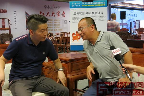 故宫博物院副研究员、明清宫廷家具专家周京南(右)就沙发的整体造型与大汇堂董事胡春腾(左)作深入交流