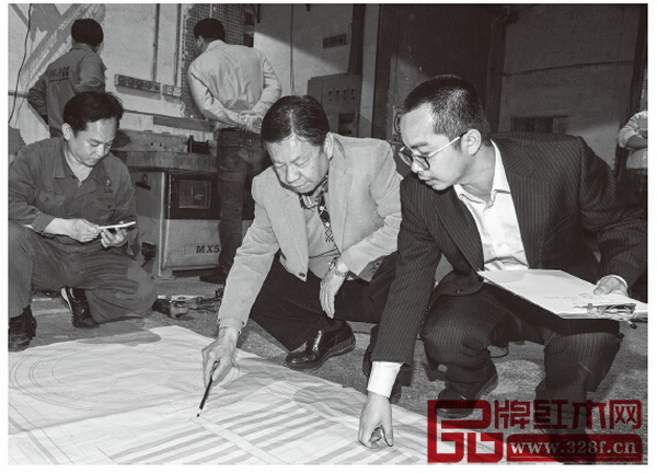 陈国寿(右二)亲自前往车间,对照图纸,严格要求技术团队按标准生产