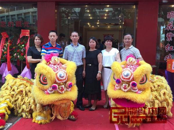 林木轩董事长朱南雄(左三)及妻子张丽青,加盟店负责人何美雅(左一),郑海鸥(左二),郑玉玲(右二),黄均和(右一)参加了开业典礼
