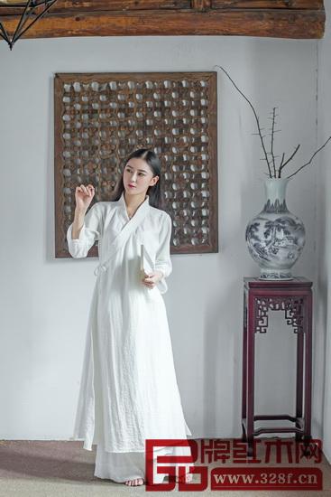 经过改良的中式服饰就像现在流行的新中式红木家具,更秀气,传承古典元素的同时更注重于实用性,最重要的是更受市场欢迎。