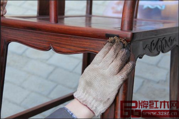 红木家具要慎用湿布、毛巾和鸡毛掸子