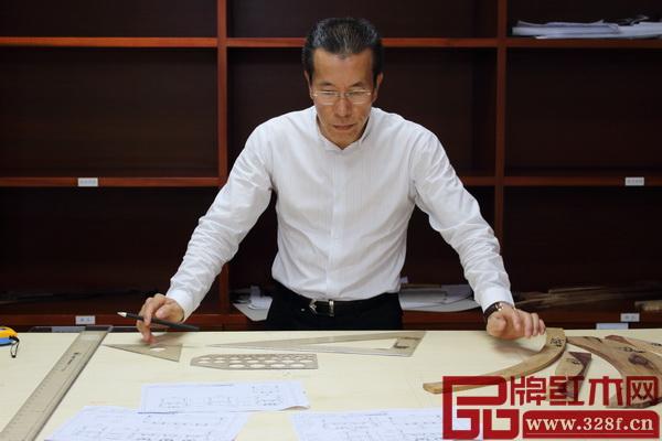 中国传统工艺大师、广州永华红木董事长陈达强潜心打造红木家具精品