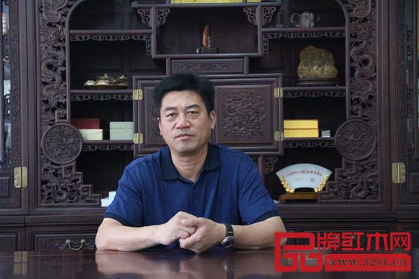 中国传统工艺大师、东阳新明红木董事长张新民精通木雕技术