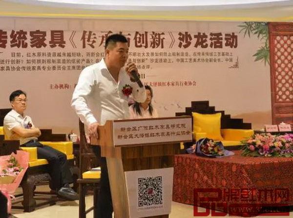 互动环节,居典红木董事长尹付林回答记者的提问