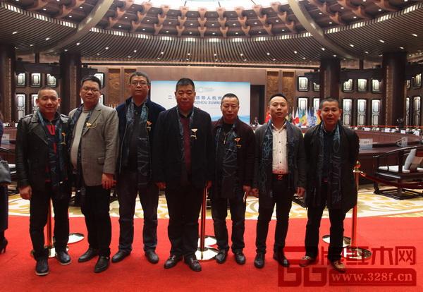 心时代董事长马伟(左三)与众多东阳品牌企业在G20峰会举办地共同合影留念