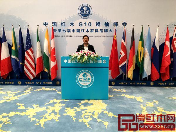 大汇堂总经理胡春龙在中国红木G10领袖峰会背景留影