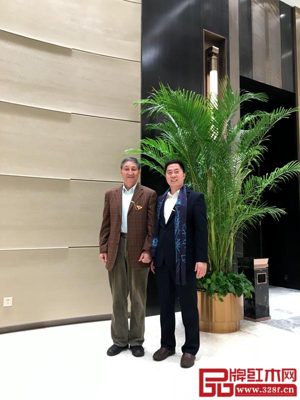 原故宫博物院文保科技部主任曹静楼(左)与大汇堂总经理胡春龙(右)合影