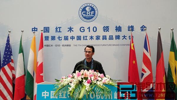 荣燊堂总经理陈智彬在中国红木G10领袖峰会举办地合影留念