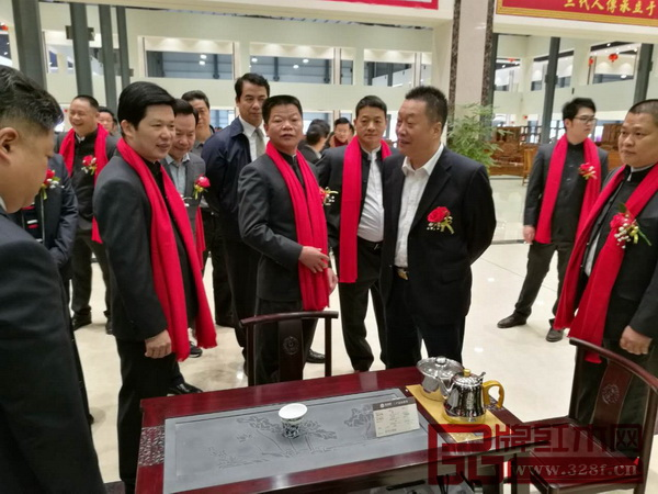 水雨轩董事长廖升中(中间)带领嘉宾们参观水雨轩位于五华红木文化产业园的展厅