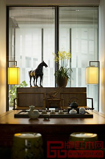 在落地窗前摆两张禅椅,前方再置一张茶座,配上整套白瓷茶具,室外的自然光和挂灯的微黄光线凝造出茶室的静谧。水汽袅绕,锦鲤在光影中游动,中式茶室的淡薄之感净化心灵