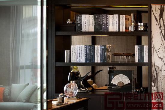在电视机喧宾夺主之前,西方还有客厅读物文化,主人读什么书,在一定程度上彰显着他的身份,在中国,这种文化现在也开始慢慢流行