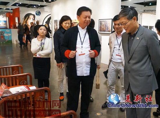 美新社关于中国驻洛杉矶总领馆总领事刘健(前排右)参观国寿椅的报道截图