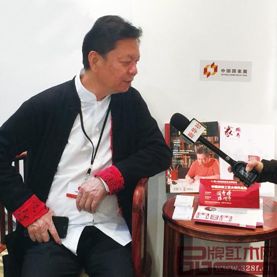 美国洛杉矶艺博会中国国家展上,中国传统工艺大师陈国寿接受新华社专访