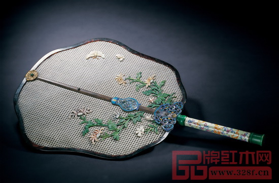 清乾隆 象牙丝编织菊蝶图画珐琅柄宫扇拍出了302.4万元的天价
